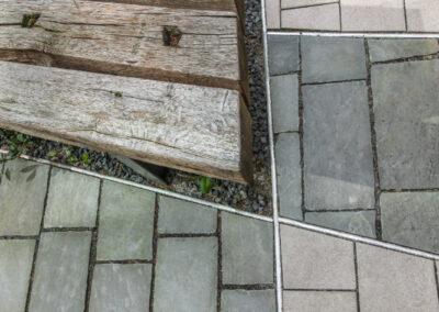 Detail Holzbank und zwei Beläge