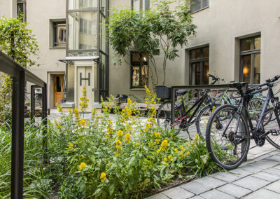 Staudenbeete und Fahrradplätze