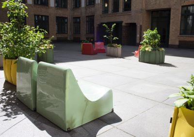 Bunte Lounge im Innenhof